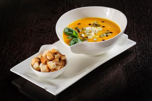 Kürbis und suppe mit sahne und kürbiskernen