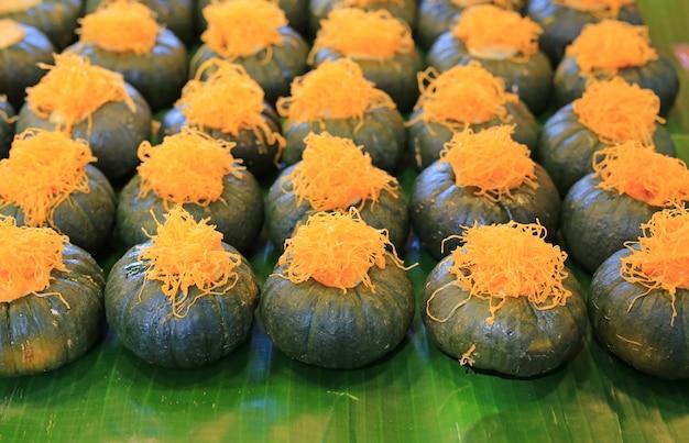 Kürbis-vanillepudding mit goldenen fäden bestreut. thailändischer nachtisch