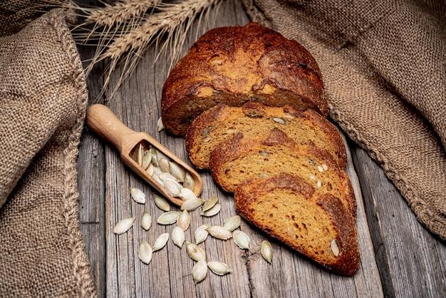 Kürbisbrot. frisch gebackenes traditionelles brot auf holztisch