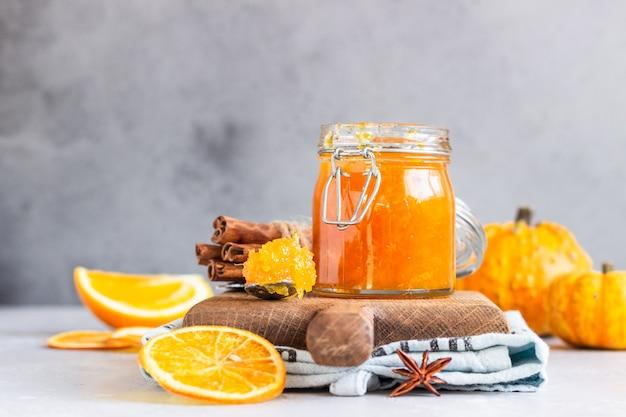 Kürbisconfit mit orangen und gewürzen.