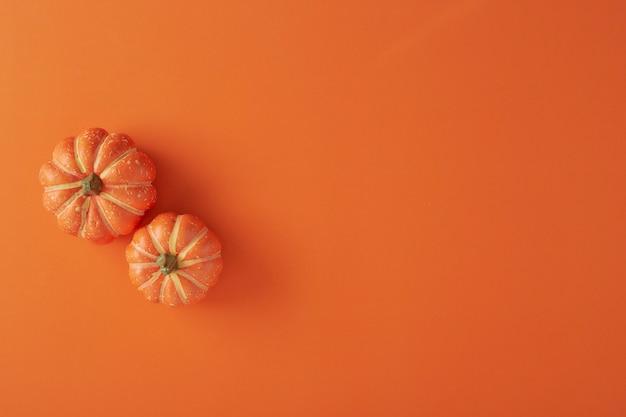 Kürbisdekorationen auf orange papier