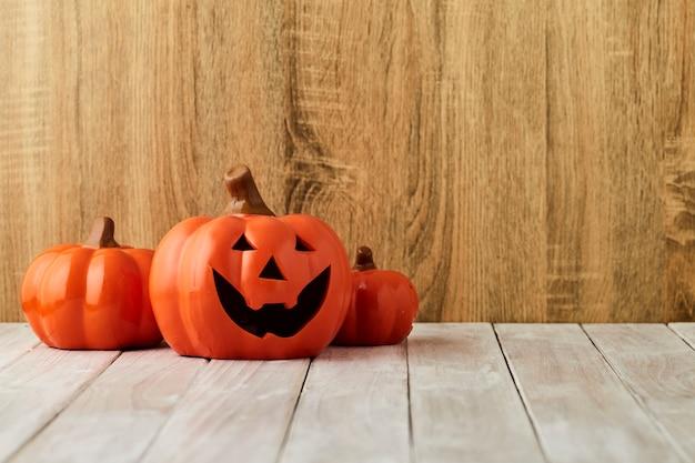 Kürbise auf tabelle halloween