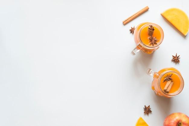 Kürbisgetränk mit apfel-, zimt- und sternanis
