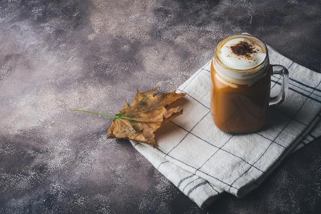 Kürbisgewürz latte oder kaffee mit zimt