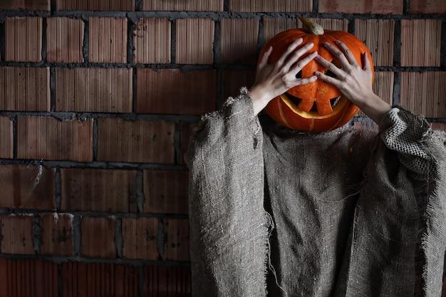 Kürbiskopf monster zeichen hand raum halloween