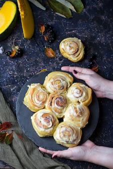 Kürbiskuchen mit karamelläpfeln für halloween