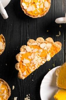 Kürbiskuchen mit mandelscheiben. ansicht von oben