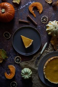 Kürbiskuchen mit zimt und vanille auf einer platte.