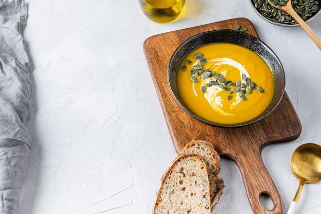Kürbiskürbissuppe mit samen und olivenöl