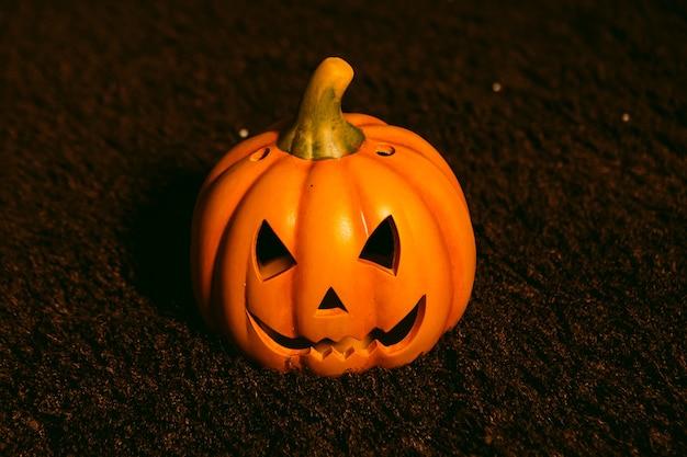 Kürbislaterne auf einem teppich. halloween-konzept