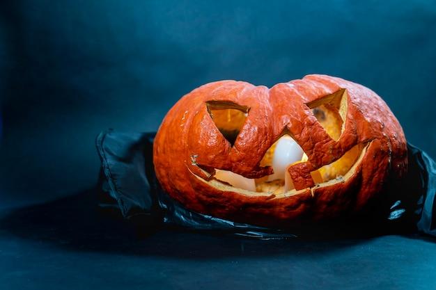 Kürbislaterne mit feuer und rauch. halloween party. halloween-accessoires im dunkeln bei
