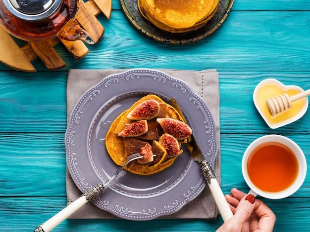Kürbispfannkuchen mit feigen und honig essen