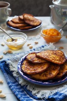 Kürbispfannkuchen mit honig und tee