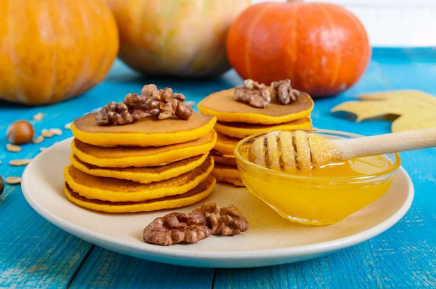 Kürbispfannkuchen mit honig und walnüssen
