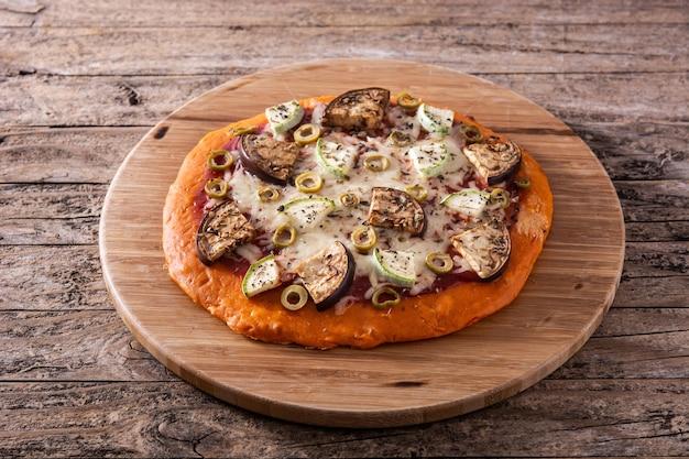 Kürbispizza mit auberginen und mozzarella
