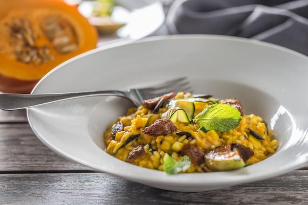 Kürbisrisotto feigen zucchini und min. blätter. italienische oder mediterrane küche.