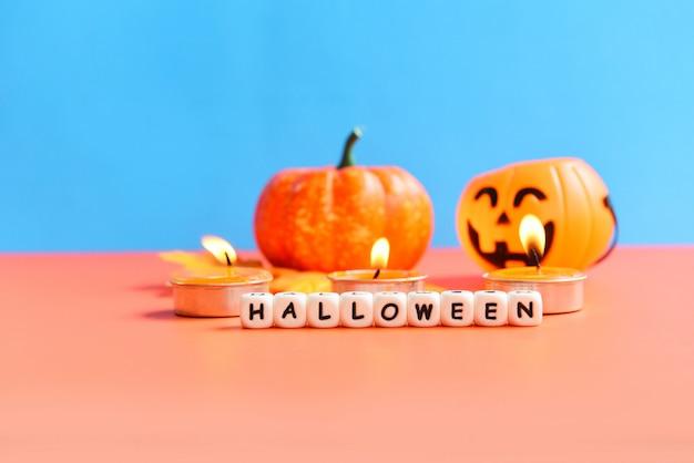 Kürbisse, kerzen und halloween buchstaben