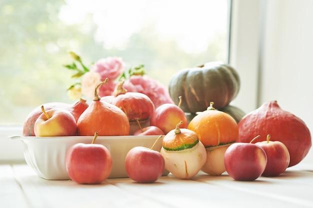 Kürbisse mit blumen für thanksgiving oder halloween
