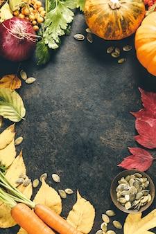 Kürbisse und herbstblätter auf rustikalem hintergrund, flach liegen