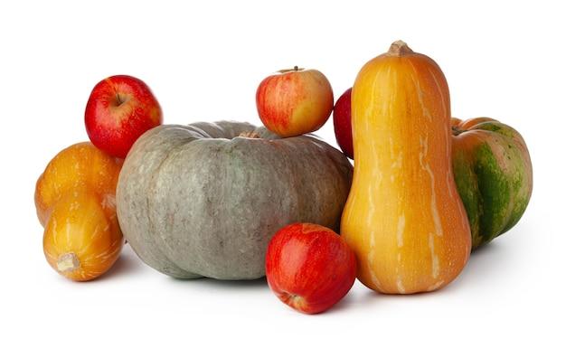 Kürbisse und rote äpfel lokalisiert auf weißem hintergrund schließen