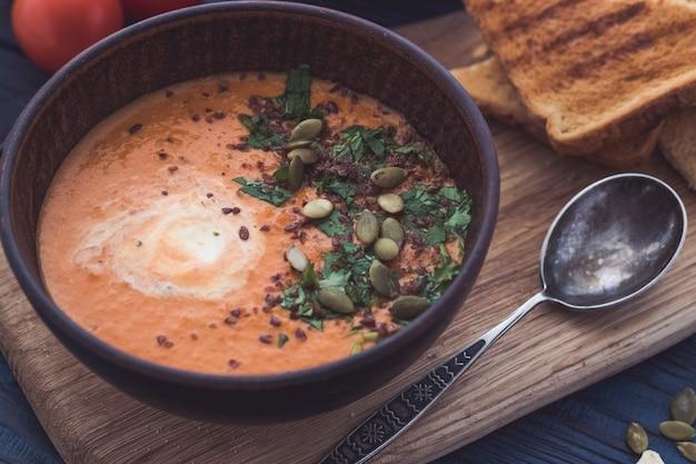 Kürbissuppe auf einem hölzernen hintergrund. diätetische vegetarische pupmkin-cremesuppe. nahansicht