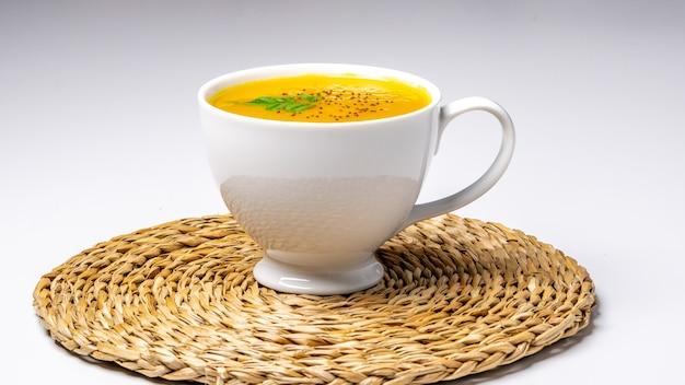 Kürbissuppe auf einer schüssel