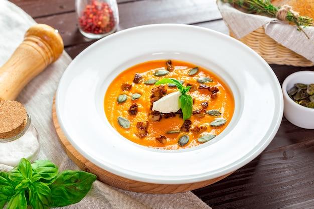 Kürbissuppe in der weißen platte