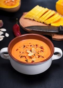 Kürbissuppe in einer keramischen platte
