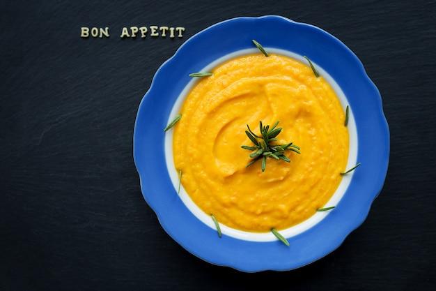 Kürbissuppe in einer platte