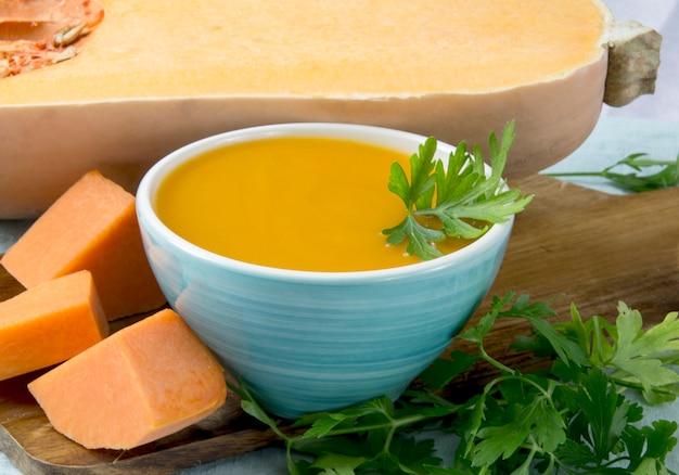 Kürbissuppe in einer schüssel serviert