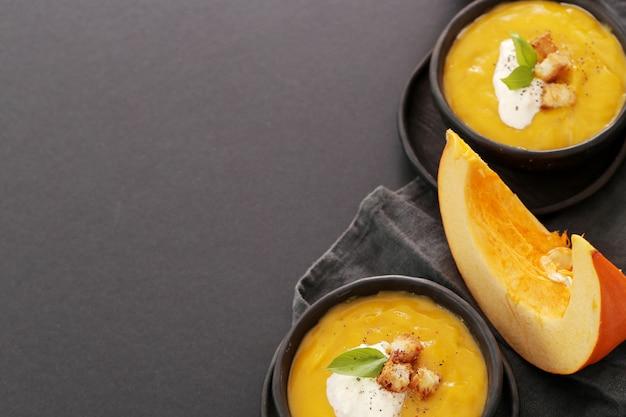 Kürbissuppe in schüssel