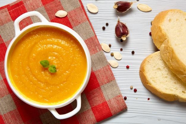 Kürbissuppe mit brot und gewürzen