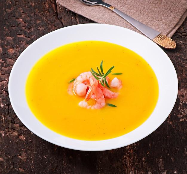 Kürbissuppe mit garnelen und rosmarin