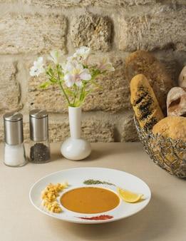 Kürbissuppe mit gehackten nüssen und zitrone