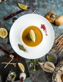 Kürbissuppe mit kräutern, gewürzen und zitrone