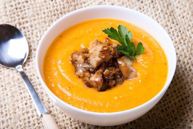 Kürbissuppe mit steinpilzen.