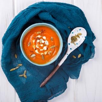 Kürbissuppe-püree mit sahne und kürbiskernen