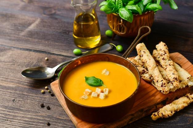 Kürbissuppe und brot mit basilikum und knusprigen crackern, veganes rezept