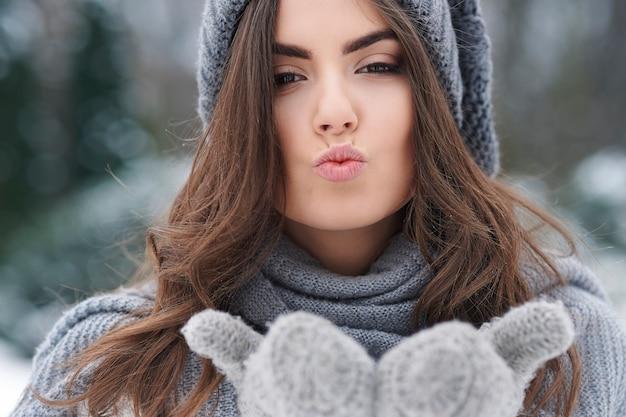 Küsse im winter gefrorenen tag