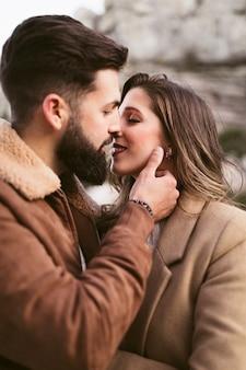 Küssen des gutaussehenden mannes und der hübschen frau