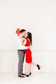 Küssendes paar am valentinstag