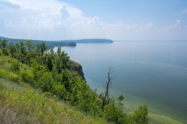 Küste der wolga in der nähe der stadt zhigulevsk. zhiguli-gebirge. samarskaja luka. sommer.