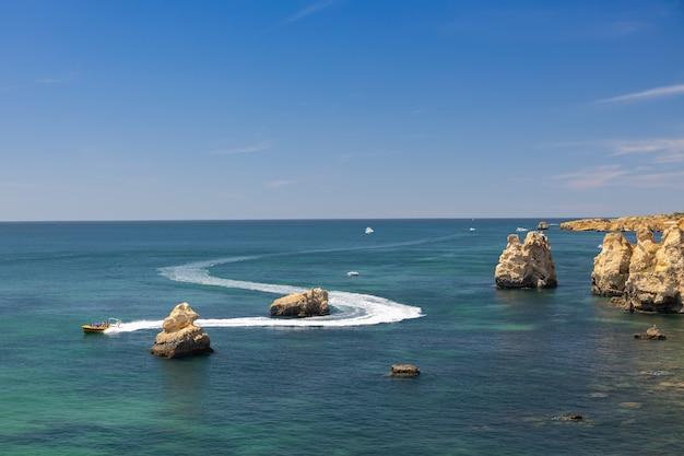 Küste des algarve-bereichs in portugal.