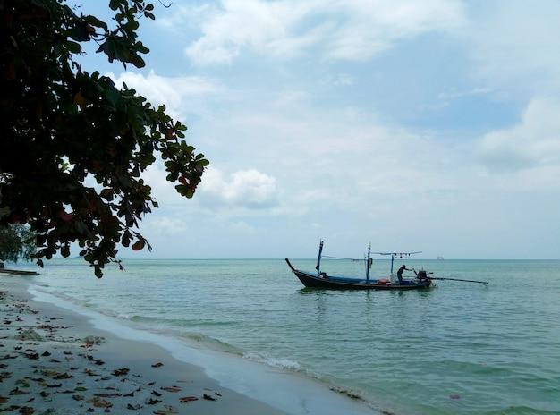 Küste einer tropischen insel. boote auf see.