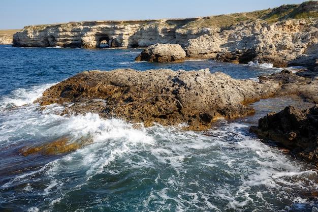 Küste. im hintergrund können sie den bogen des steinfelsens sehen