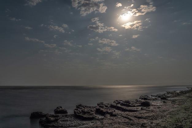 Küste in einer mondhellen nacht