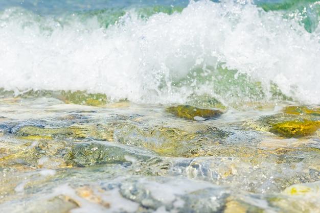 Küste mit meereswelle mit schaum
