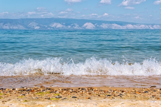 Küste und die berge des baikalsees