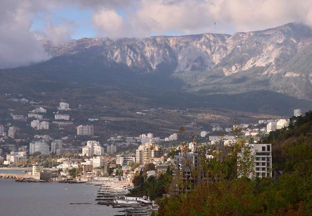 Küste von jalta auf der krim blick auf jaltadie hauptstadt der südküste der krim