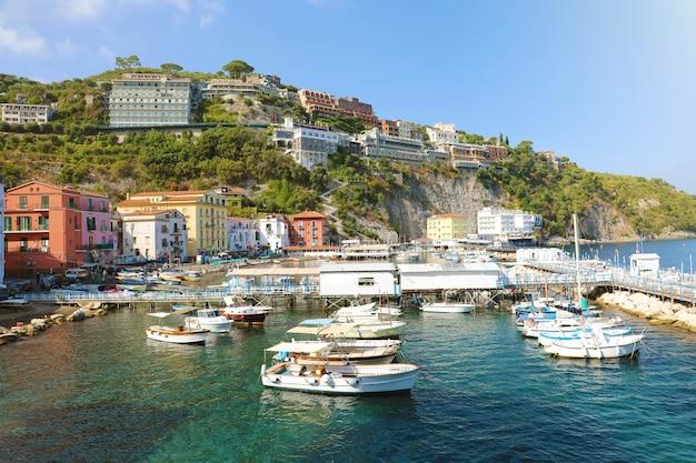 Küste von sorrent mit hafen und dorf, italien